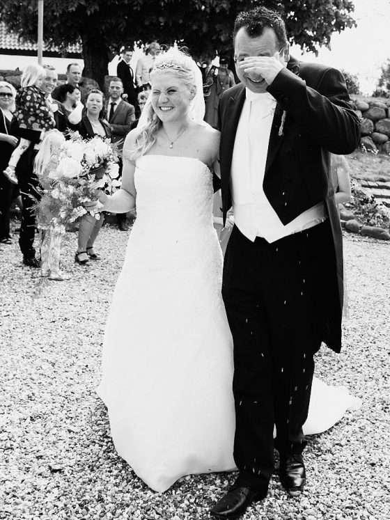 bryllupsbillede bryllupsfotografer ris kast brud gom
