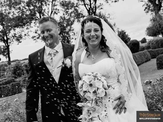 fotograf til bryllup riskast grinende brudepar