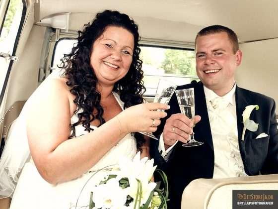bryllupsfotograf skålende brudepar i bil