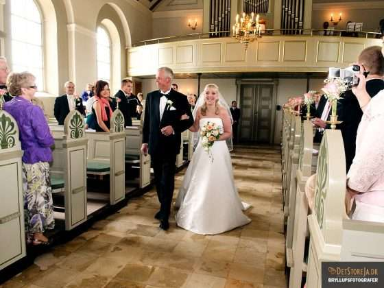 bryllupsbillede smilende brud i kirken