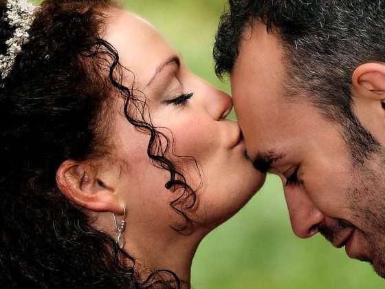 bryllupsfotograf smuk brud kysser sin gom på panden
