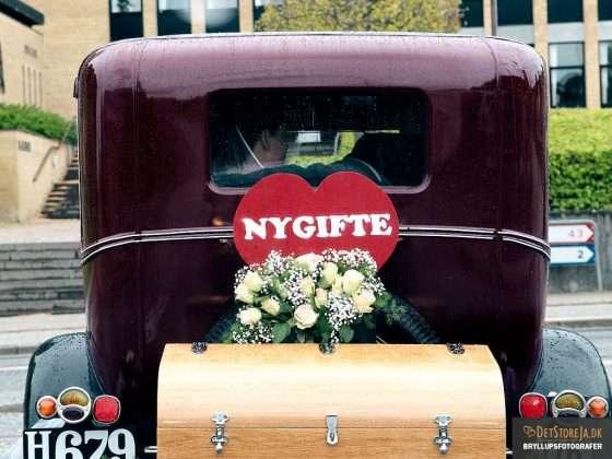 fotograf til bryllup veteranbil med brudepar