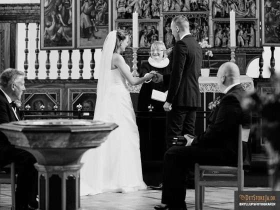 bryllupsfotograf vielse glad præst smil
