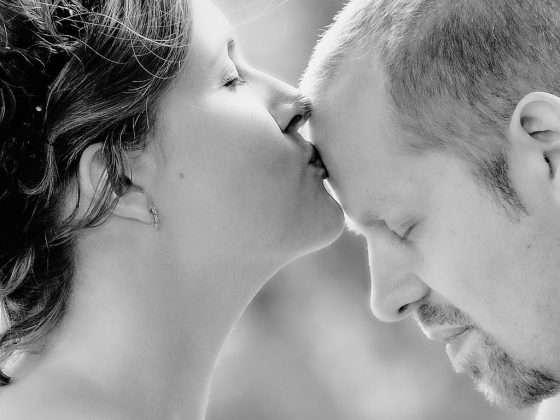 bryllupsfotograf oestjylland brud kysser sin gom på panden
